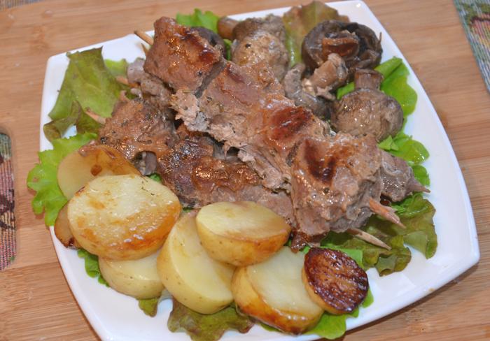 Мясо на шпажках с грибами и картофелем  в мультиварке