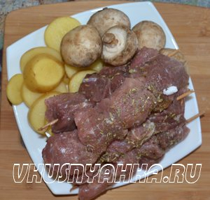 Мясо на шпажках с грибами и картофелем  в мультиварке, приготовление, шаг 1