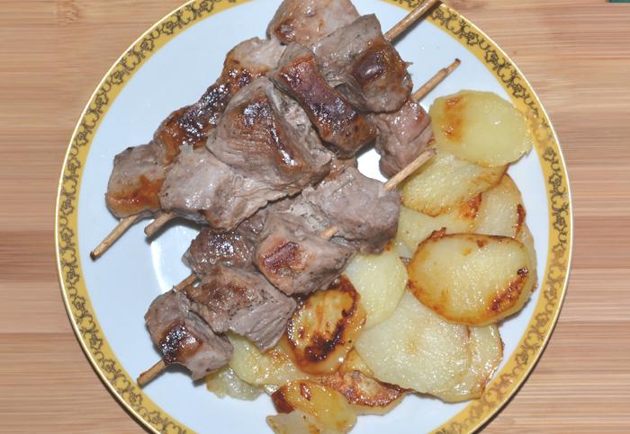 Мясо на шпажках с картофелем в мультиварке