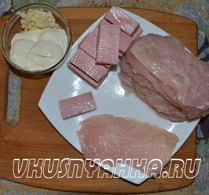 Куринные рулетики с колбасой  в мультиварке, приготовление, шаг 1